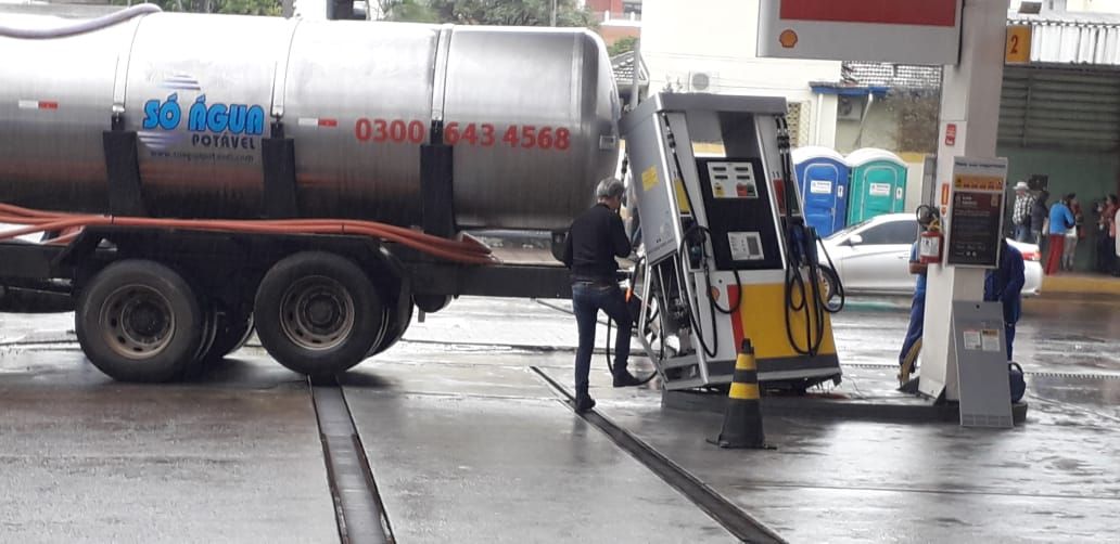 Caminhão bate em bomba de combustível em posto no centro de Concórdia