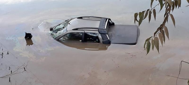 Caminhonete cai em represa na SC-155 entre Seara e Itá