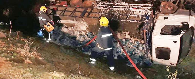 Caminhão carregado com botijões de gás tomba no interior de Ipira