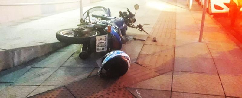 Motociclistas em fuga batem em carro na Rua Romano Anselmo Fontana em Concórdia