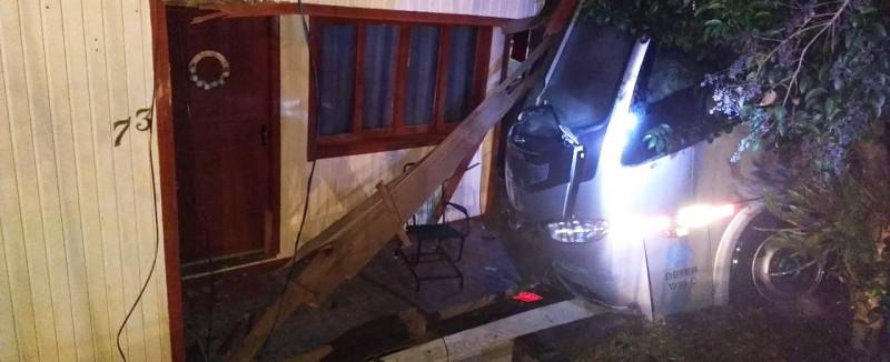 Micro-ônibus dispara, atinge carro, derruba poste e bate em uma casa em Concórdia