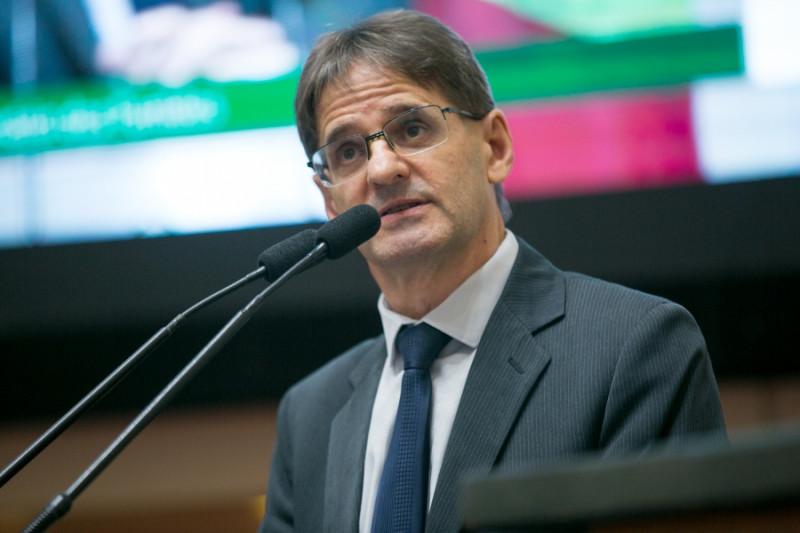 Saretta questiona Ministério da Saúde sobre suspensão de laboratórios que fabricam medicamentos