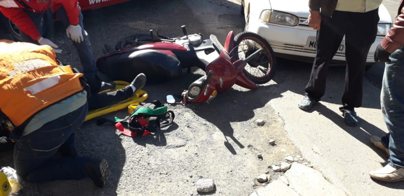 Motociclista ferida em colisão entre carro e moto no santa Cruz