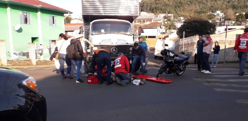 Motociclista ferida em colisão entre moto e caminhão