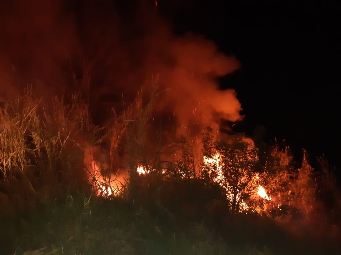 Fogo queima vegetação seca na comunidade de Uruguai em Piratuba