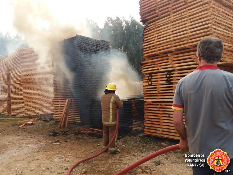 Incêndio consome parte de estoque de madeira em empresa de Irani