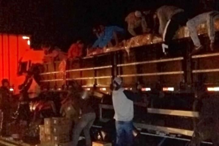 Caminhões de Jaborá e Seara se envolvem em acidente no PR e um deles tem carga saqueada