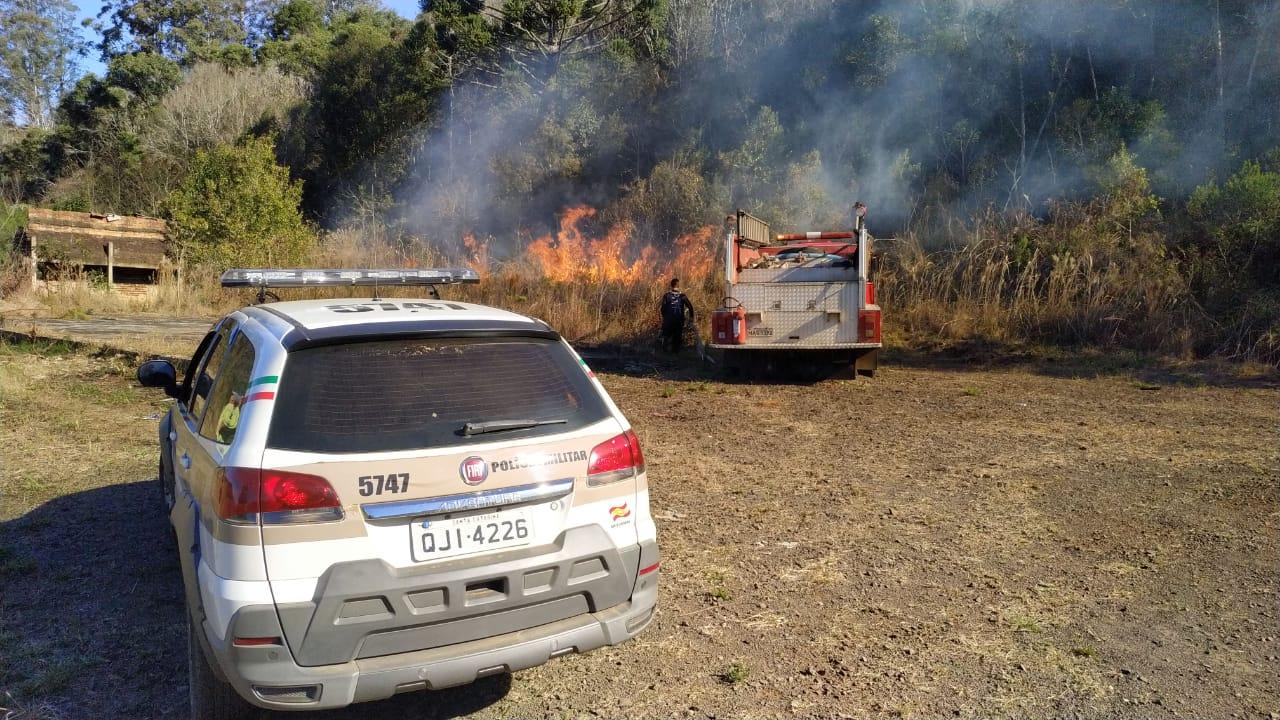 Incêndio em vegetação no bairro Santa Rita