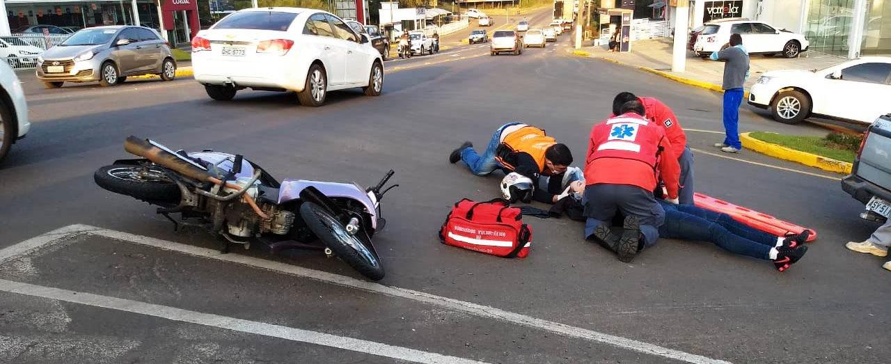 Mulher fica ferida em acidente de moto na Tancredo Neves