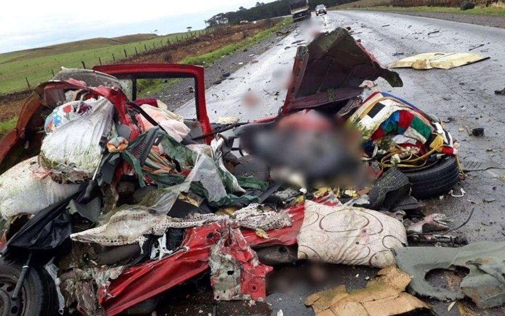 Colisão entre carro e carreta deixa duas pessoas mortas entre Palmas e General Carneiro