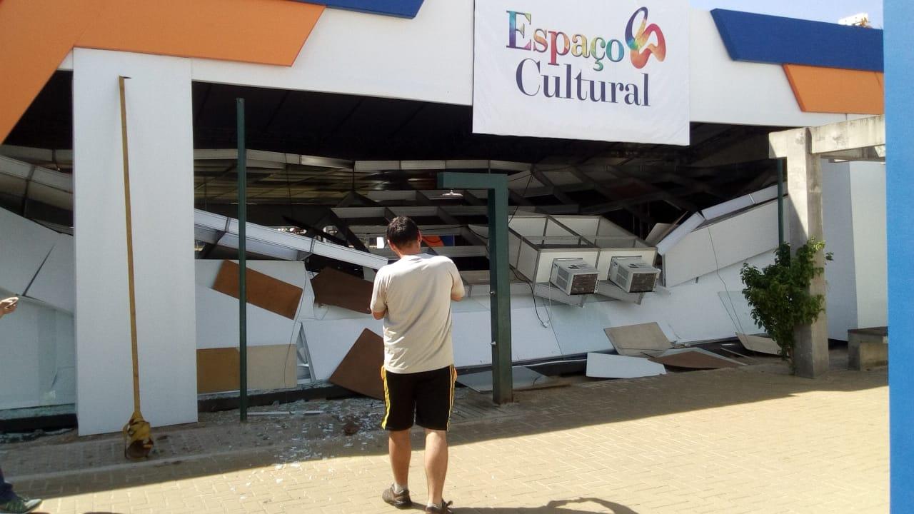 Parte da estrutura interna do Espaço Cultural desaba em função da força do vento