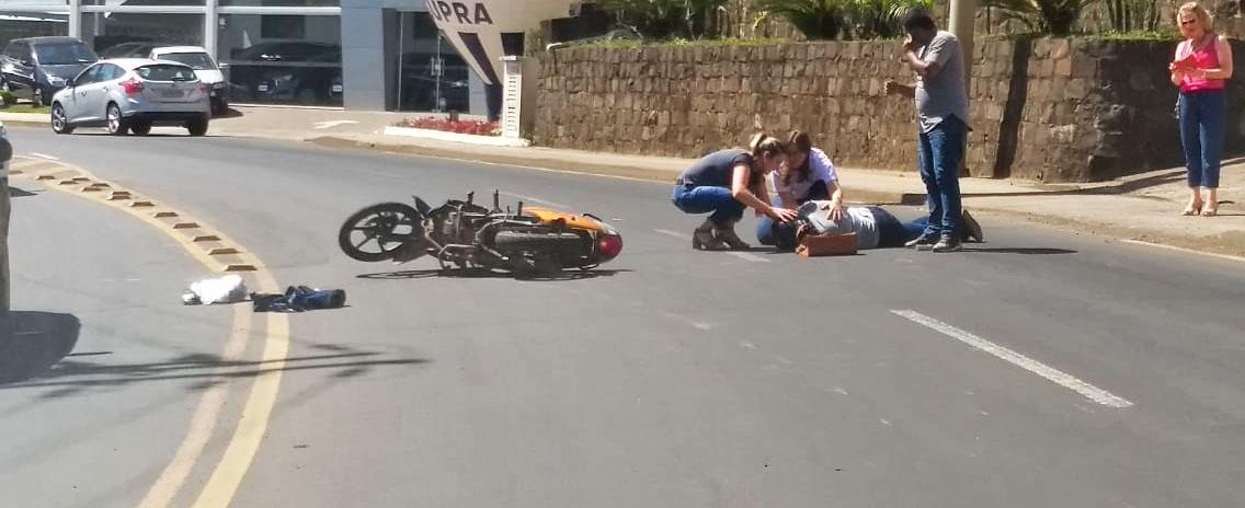 Acidente com moto deixa mulher ferida na Rua Tancredo Neves