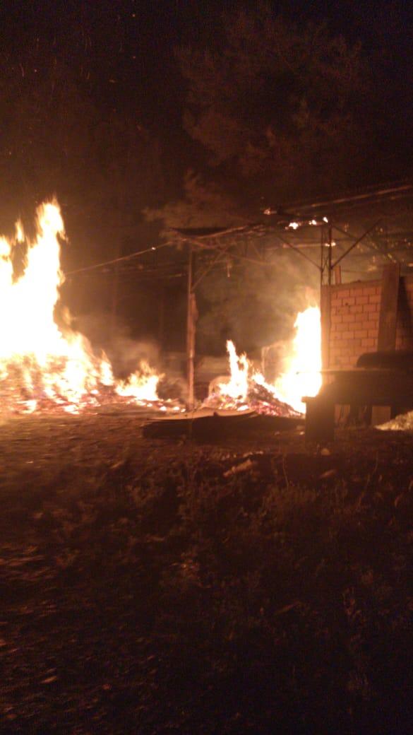 Incêndio consome lenha e queima parte da cobertura de um galpão no Industriários
