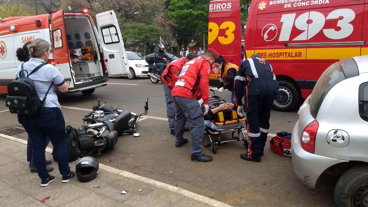 Acidente entre carro e moto deixa homem ferido no centro de Concórdia
