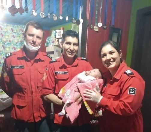 Criança sofre engasgamento e é salva com ajuda de instruções de bombeiro via telefone