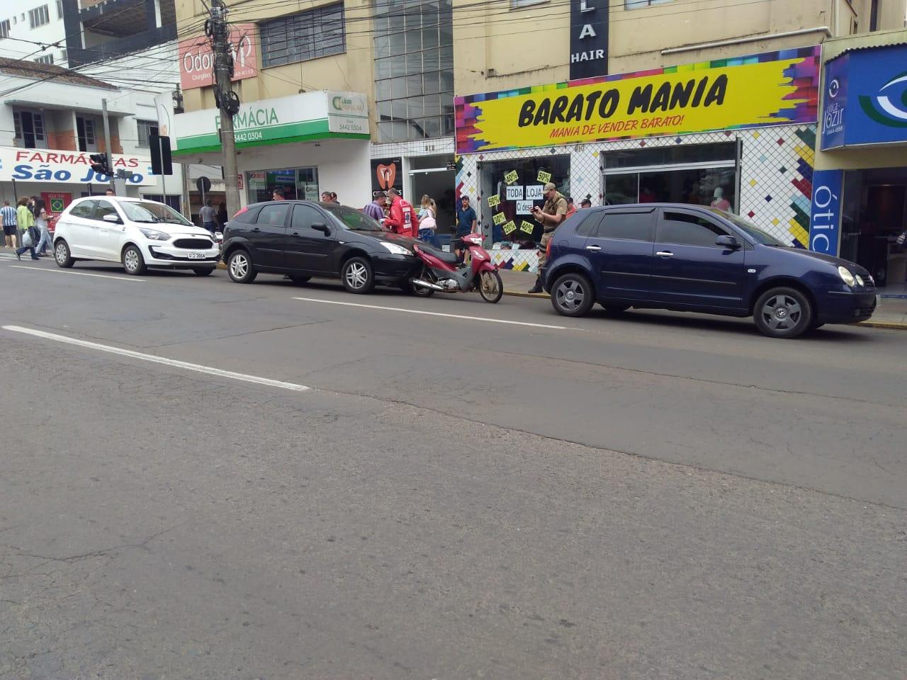 Motociclista ferida em engavetamento envolvendo quatro veículos