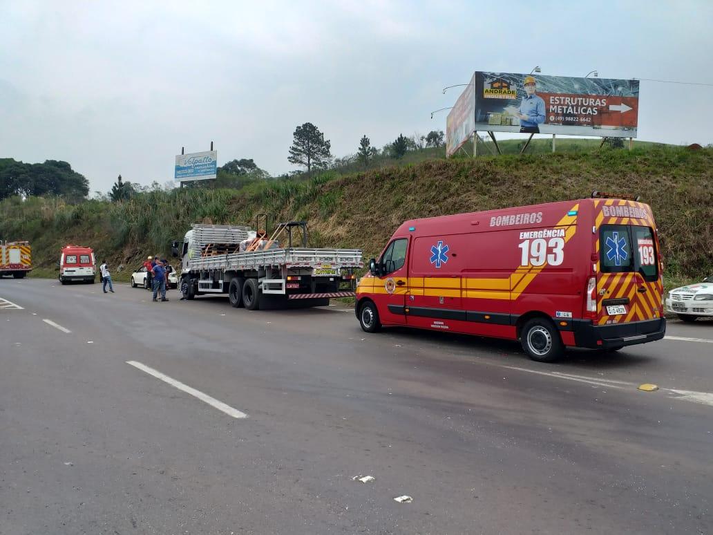 Caminhão de Peritiba se envolve em colisão na BR 282 em Joaçaba