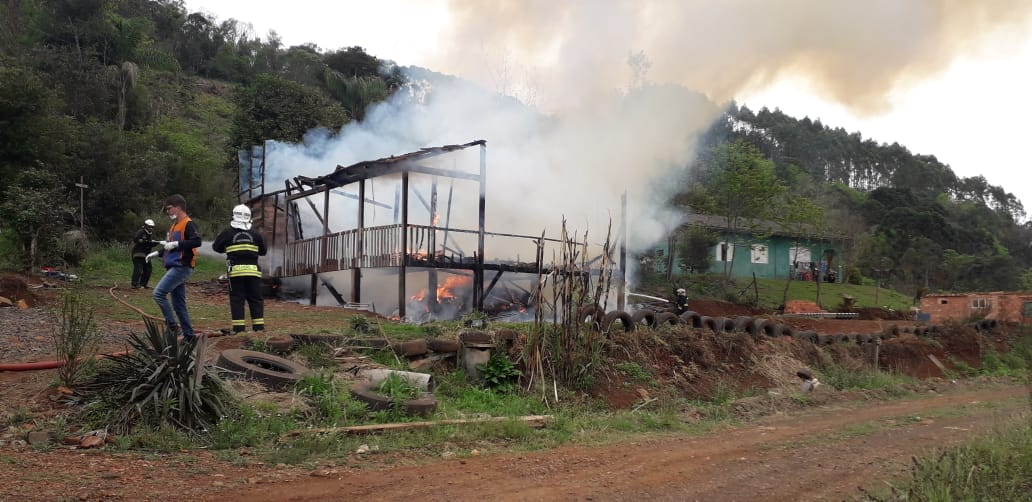 VÍDEOS - Fogo consome casa na comunidade de Barra Bonita em Concórdia