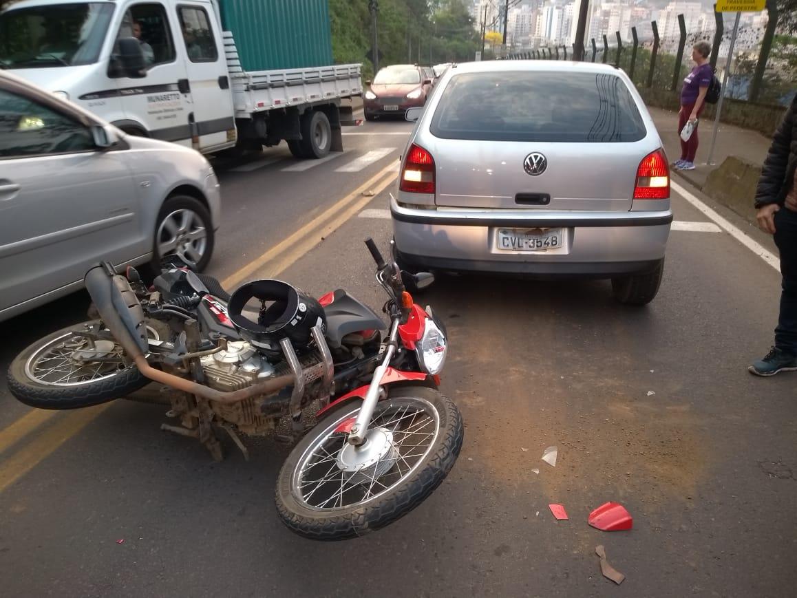 Motociclista ferido em colisão traseira na Attilio Fontana