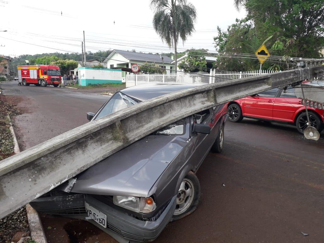 Danos materiais em colisão entre carro e poste em Ipira