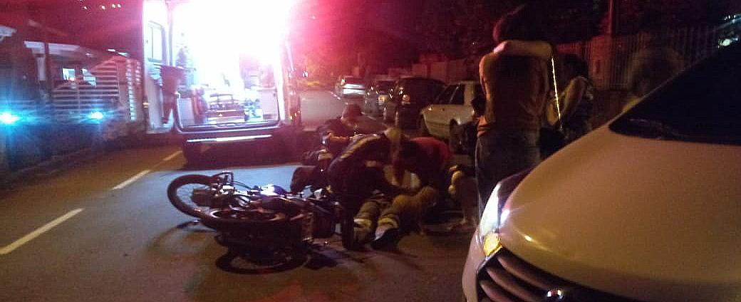 Motociclista é socorrido com suspeita de fraturas em costelas e em uma das pernas após acidente