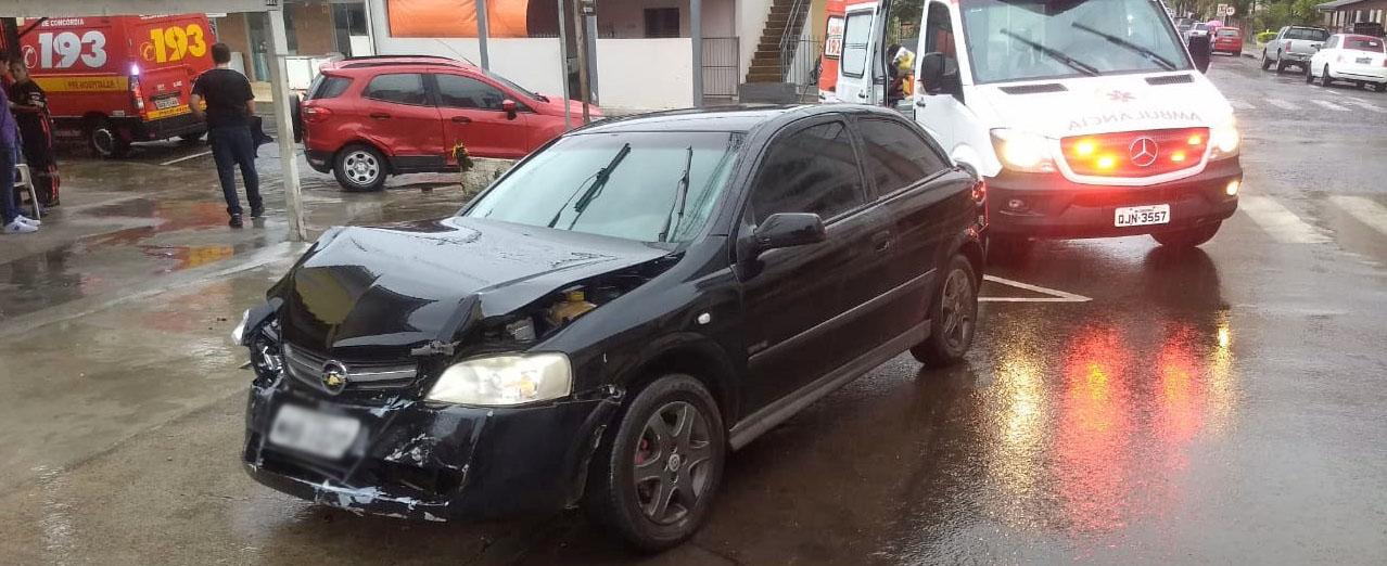 Duas pessoas feridas em acidente entre carros no bairro Nazaré em Concórdia