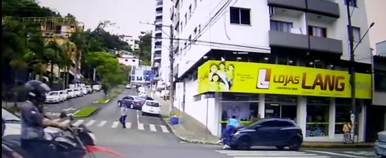 Vídeo mostra carro atingindo pedestre na faixa de segurança