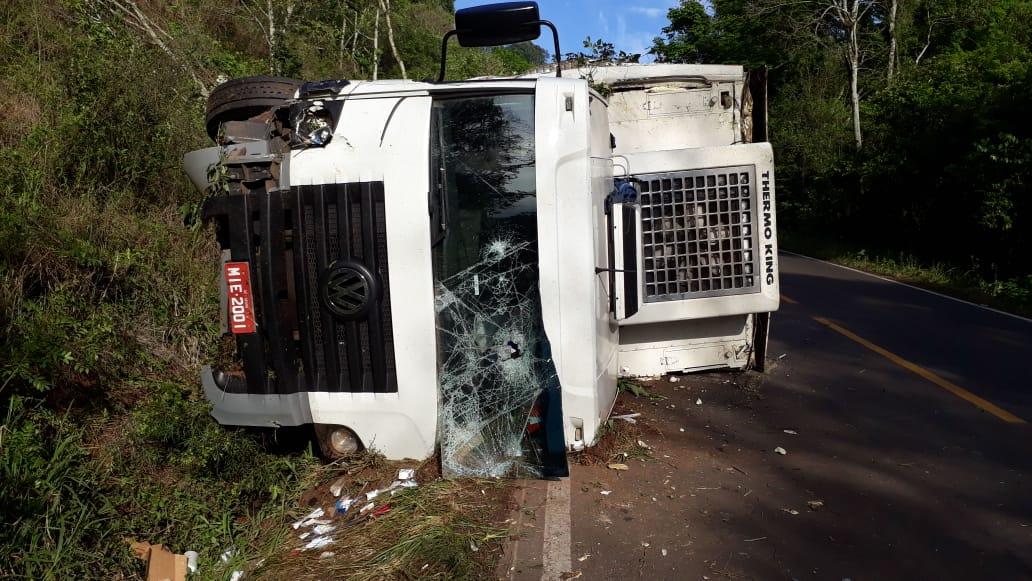 Danos materiais em tombamento de caminhão na SC 283