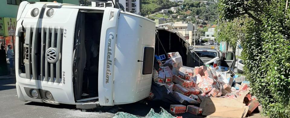 Caminhão carregado com leite em caixa tomba em Seara