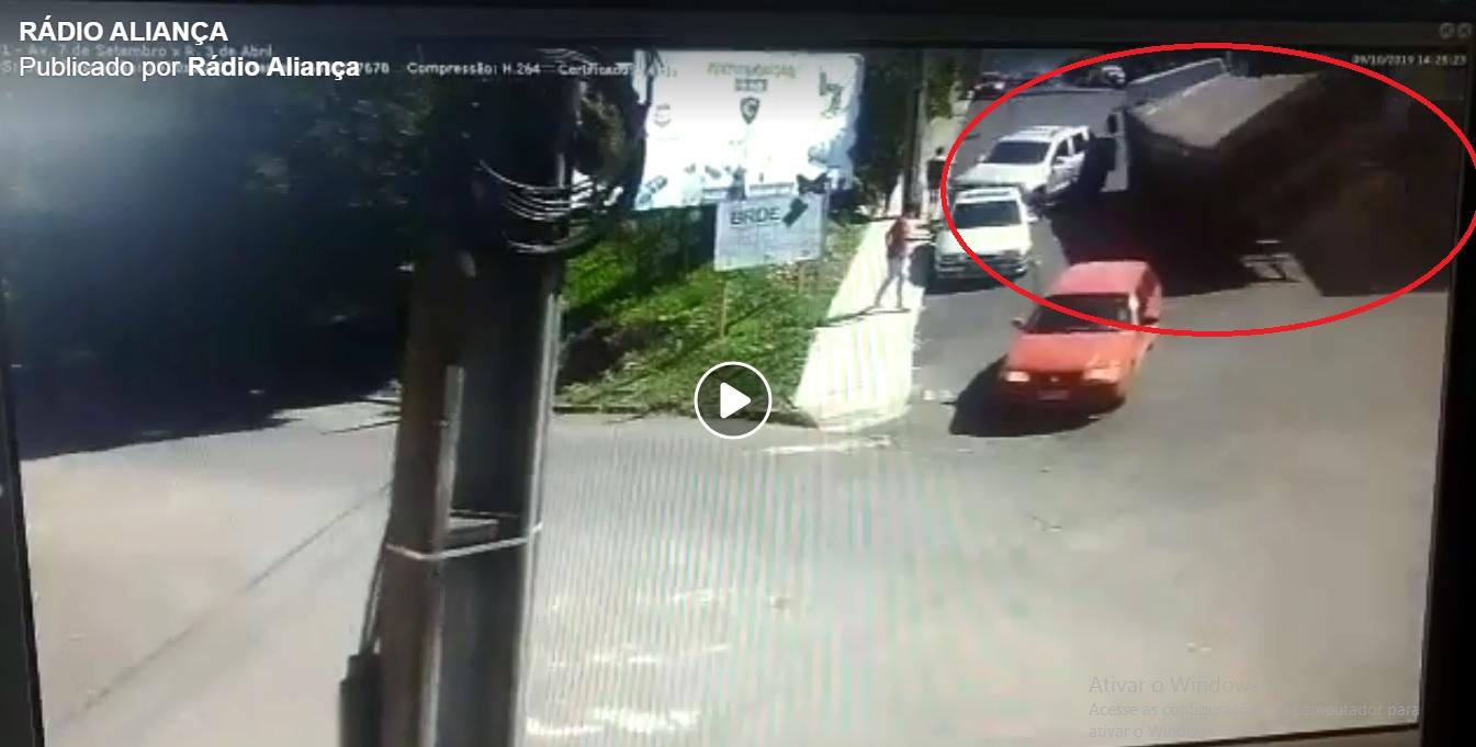 Câmeras de monitoramento flagram tombamento de caminhão na área central de Seara