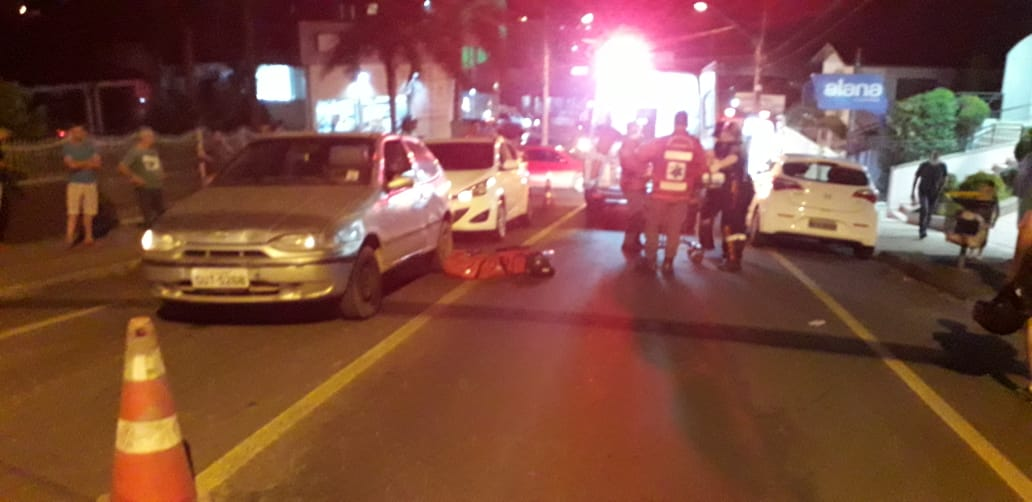 Motociclista escapa com escoriações após ficar prensado entre dois veículos