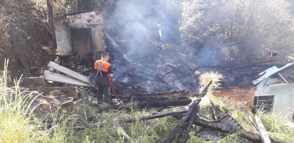 Bombeiros voltam para combater foco de incêndio em casa destruída pelo fogo no Nazaré