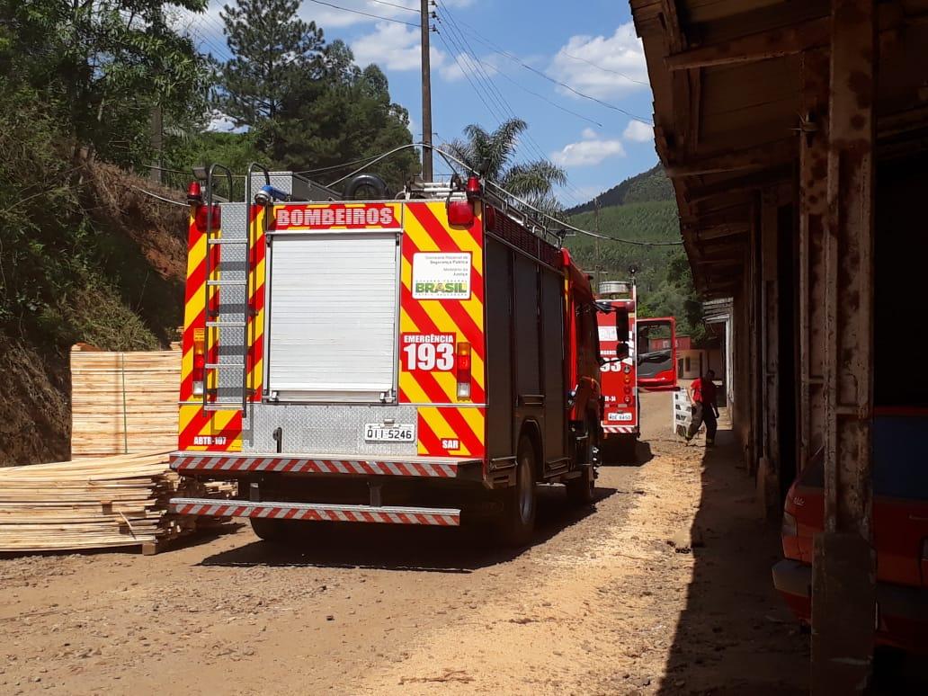 Bombeiros de Seara combatem princípio de incêndio em depósito de serragem