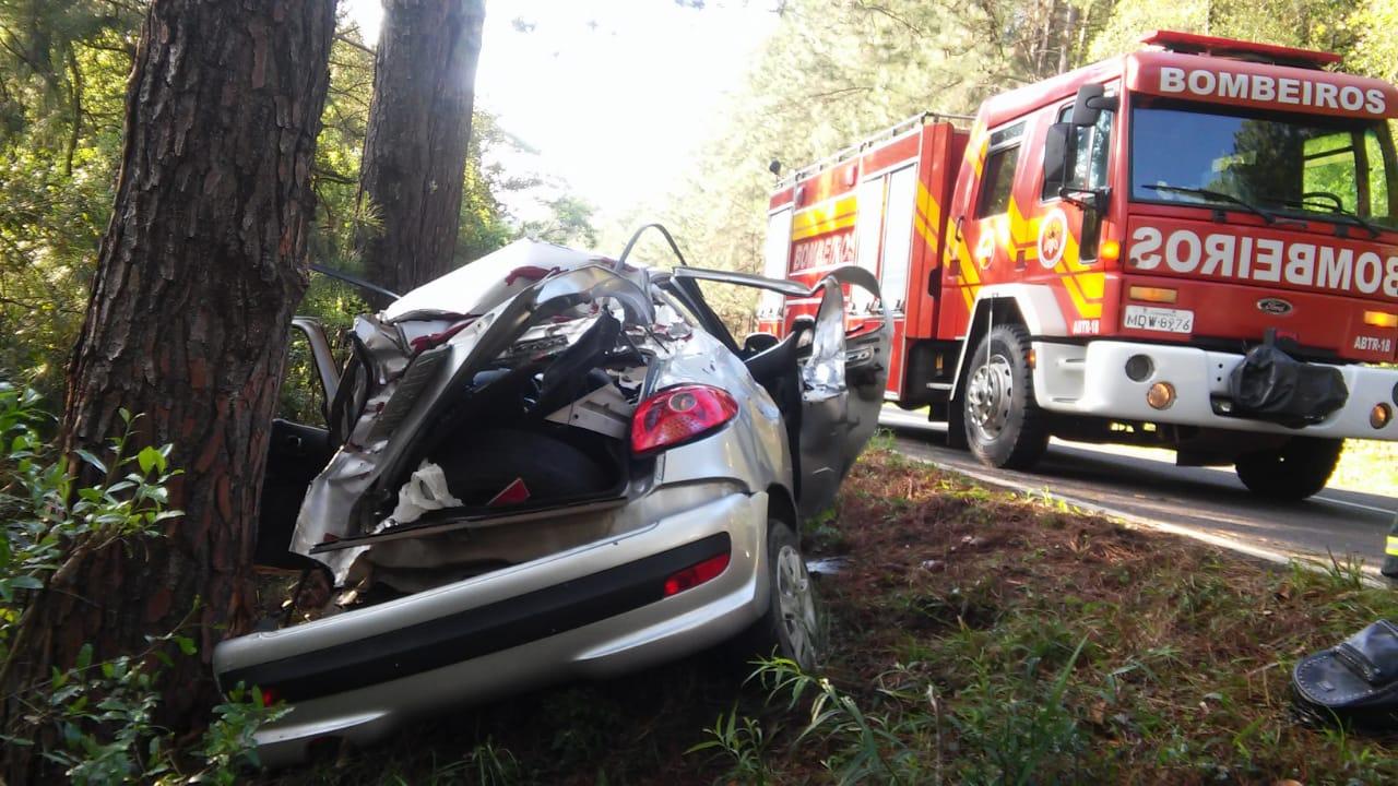 Veículo colide em árvore, deixa feridos e uma vítima fatal na BR 282 em Catanduvas