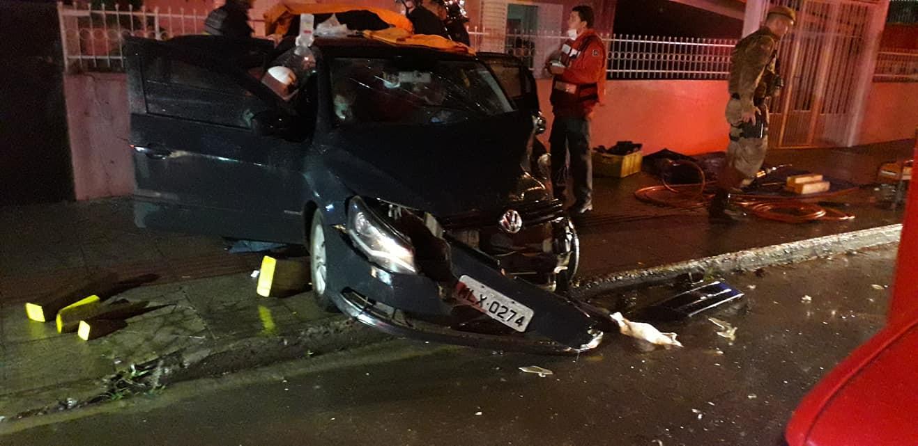 Colisão frontal provoca ferimentos em duas pessoas e um dos veículos é jogado na calçada