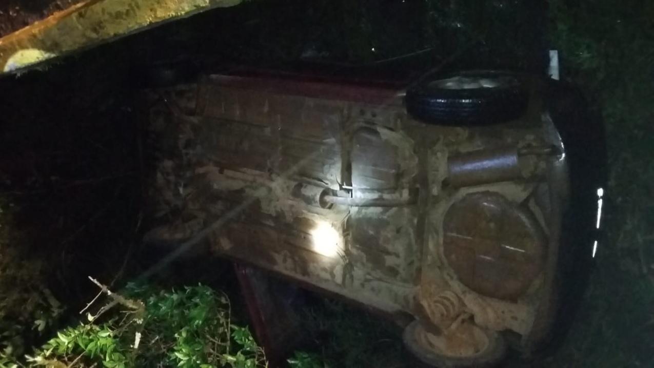 Idoso escapa sem ferimentos após veículo sair da pista e cair em rio, no interior de Concórdia