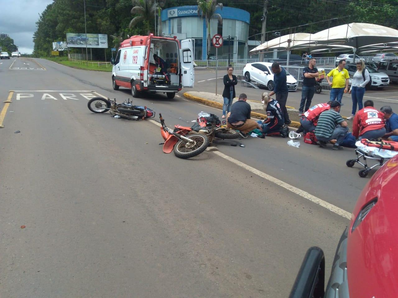 Dois motociclistas feridos em colisão na Tancredo Neves