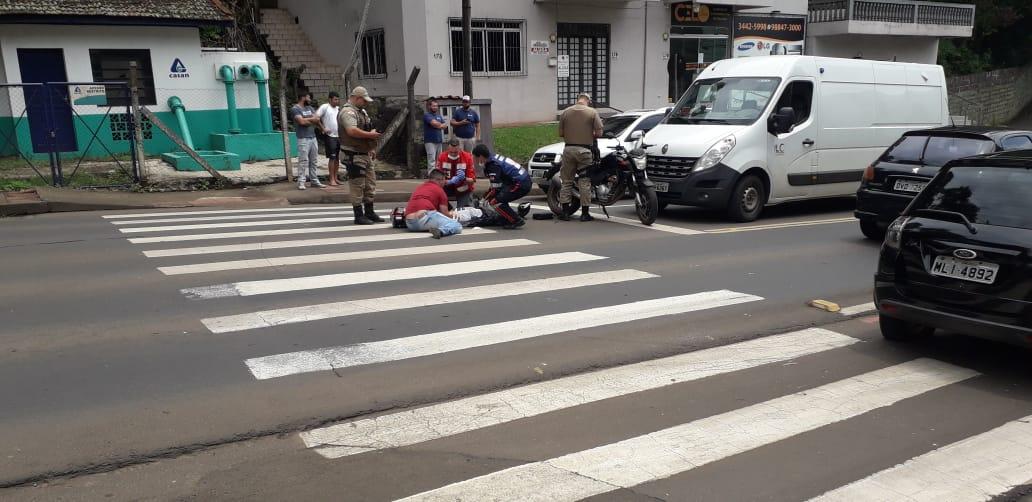Motociclista ferida ao colidir contra dois veículos na Tancredo Neves