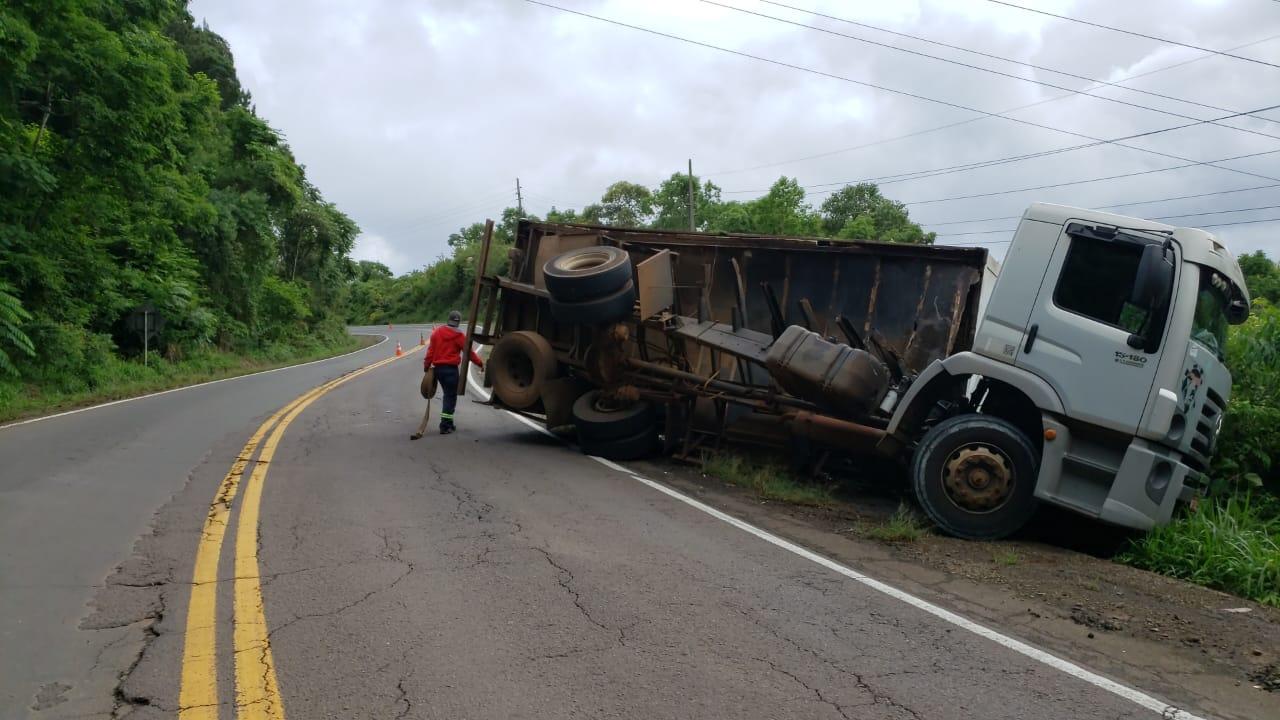 Baú se desprende de caminhão e provoca acidente na SC 283