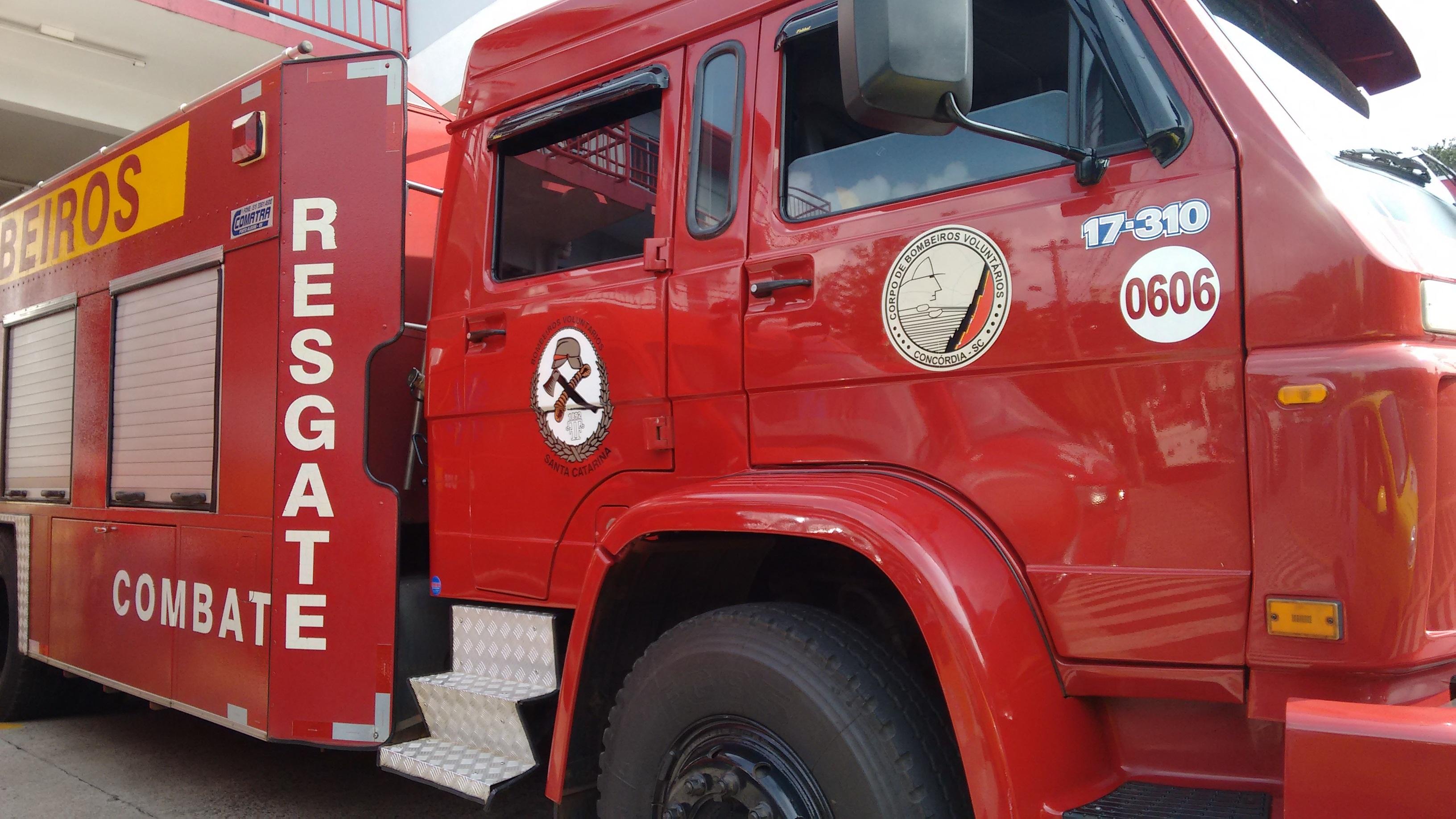 Princípio de incêndio em retroescavadeira em Concórdia