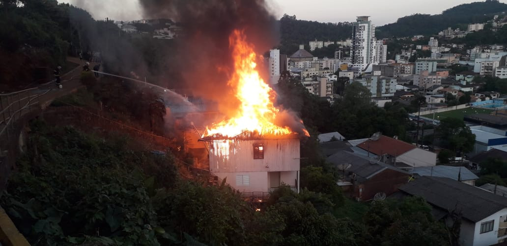 Residência completamente destruída pelo fogo em Concórdia