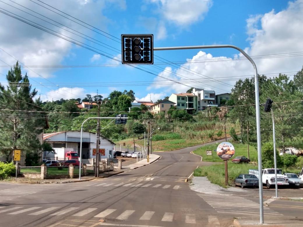Instalado semáforo no cruzamento da Anita Garibaldi com a João Suzin Marini