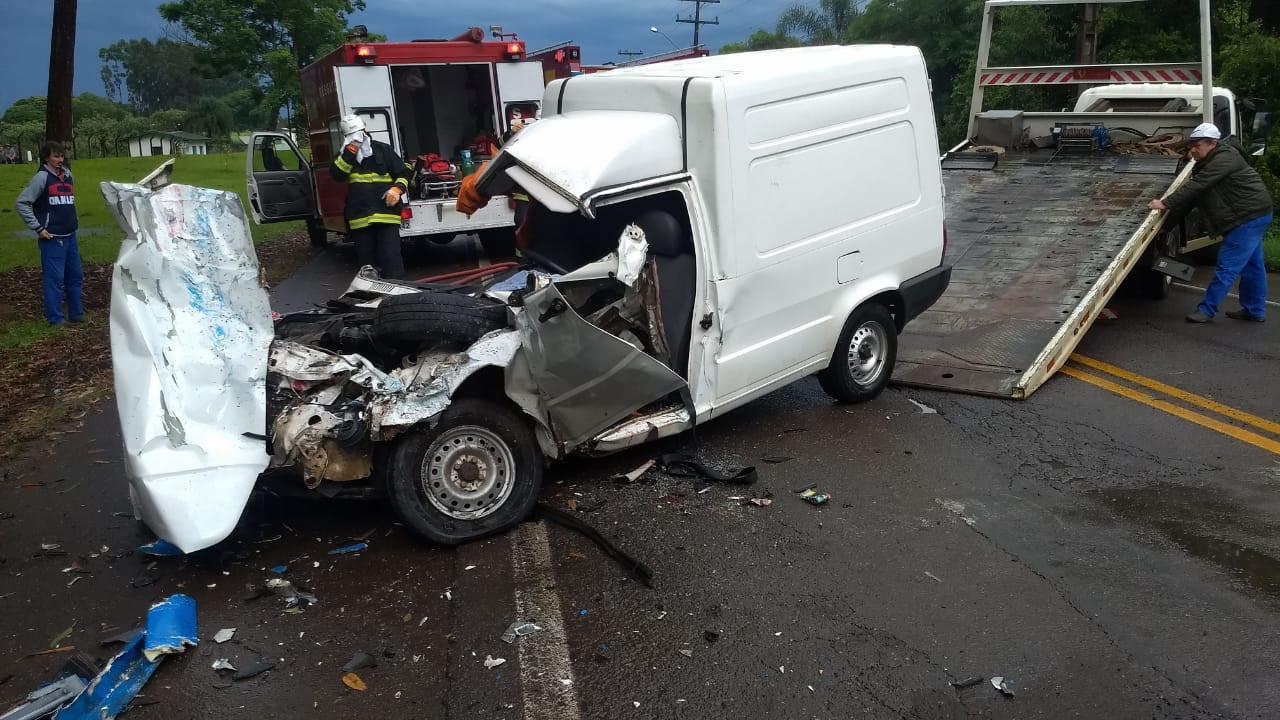 Carro e caminhão batem de frente em Concórdia e homem fica gravemente ferido