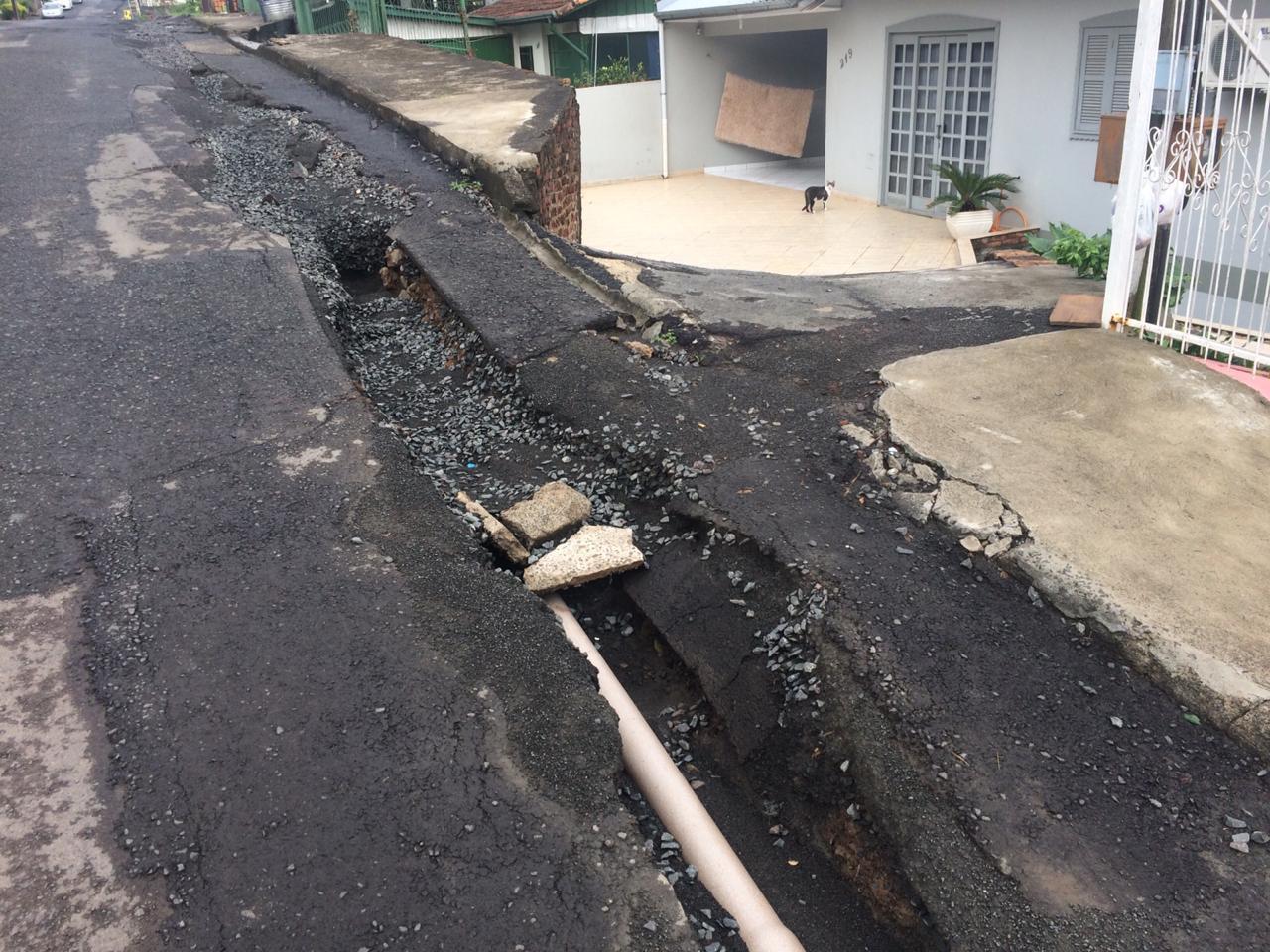 Moradores da rua Uruguai reclamam das condições da rua após trabalho de colocação da rede de água