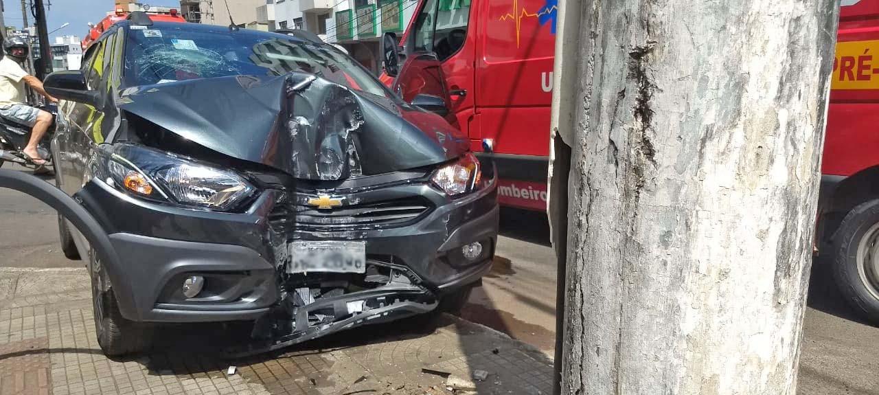 Carro bate em poste no centro de Concórdia e motorista fica ferido