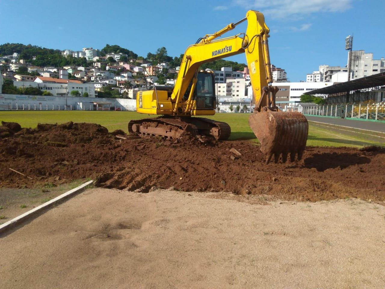 Inicia o trabalho de retirada do gramado do Estádio Domingos Machado de Lima