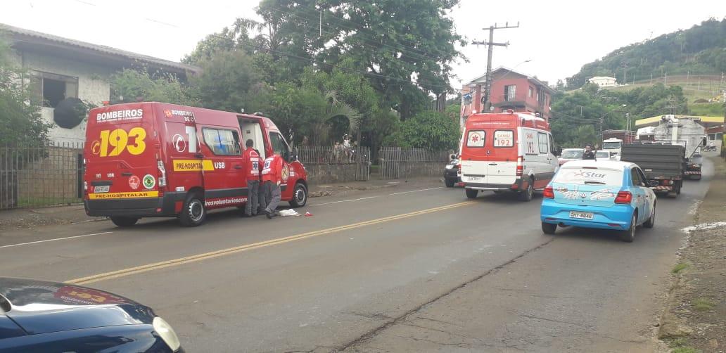 Pedestre e motociclista feridos em atropelamento no bairro Santa Cruz
