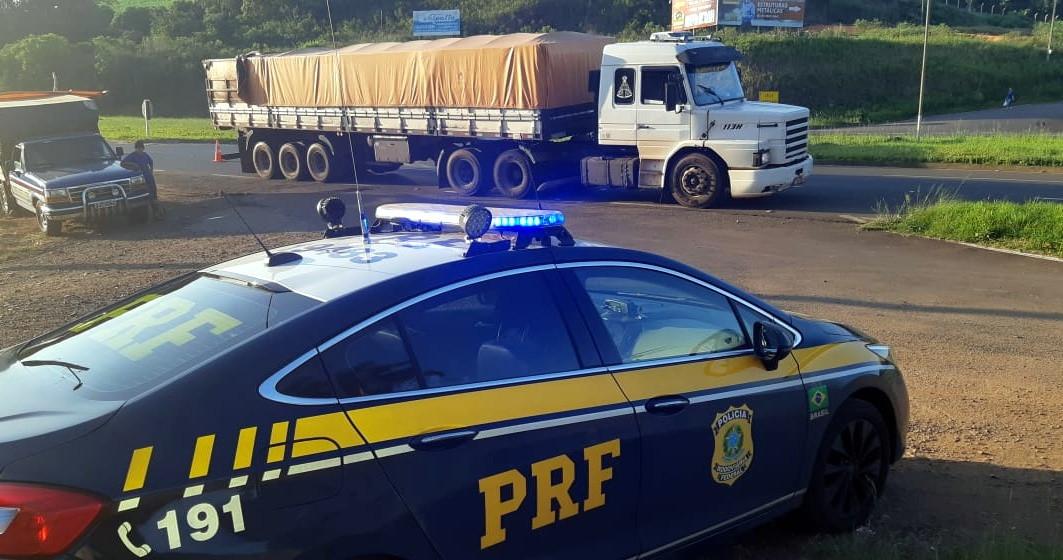 PRF flagra carreta com 400 mil maços de cigarros contrabandeados na BR 282 em Herval D`Oeste