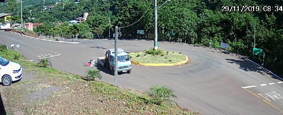 VÍDEO - Homem cai de caminhonete em movimento no município de Arvoredo