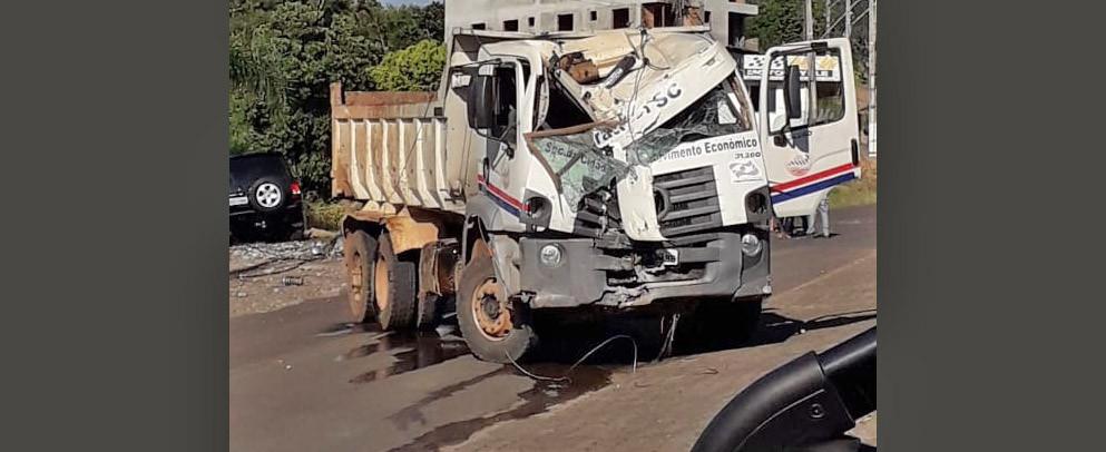 Caminhão caçamba da Prefeitura de Piratuba bate e derruba poste